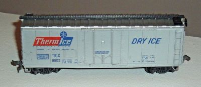 HO Scale ThermIce Dry Ice 40' Plug Door Reefer Box Car 8903 AHM