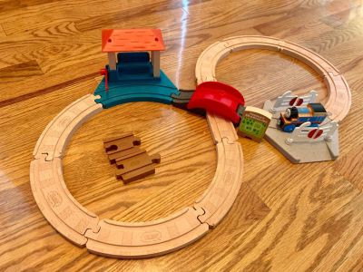 Like Brand New Thomas and Friends Fisher Price Wood Racing Figure 8 Set see pics! Great set! Comes w Thomas Train!