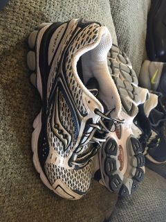 Saucony triumph five sneakers are size 10