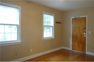 Beautiful 2 bedroom Apartment, Great Closets, Hardwood Floors, Balcony! Bring Your Pet