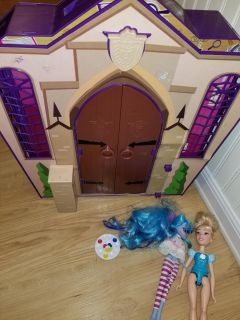 Monster high house and random accessories all in used shape