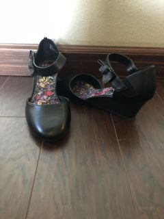 Girls size 4 dress shoes worn once