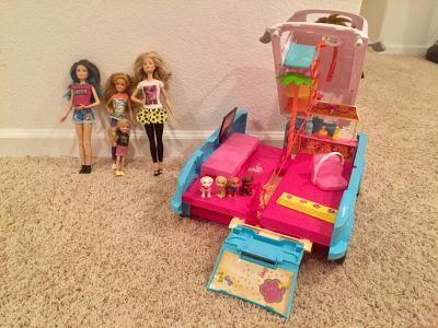 Barbie Ultimate Puppy Mobile & 4 Doll gift set