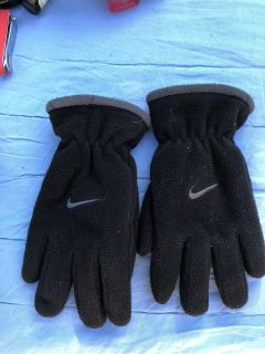 Kids Nike gloves excellent condition ((MOVING SALE))