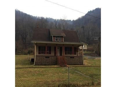 3 Bed 1 Bath Foreclosure Property in Vansant, VA 24656 - Great Oaks Rd
