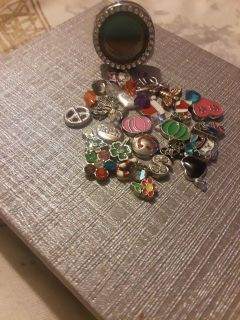 NWOT Ring w floating charms