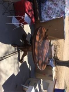 Very good condition/oak kitchen table w/ leaf that extends table and large claw feet.