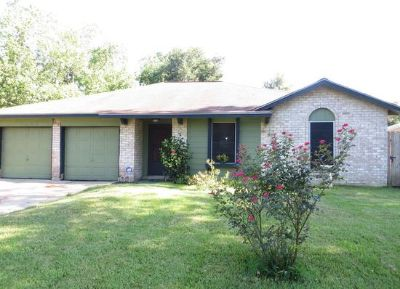 $800, 3br, This wonderfully landscaped home is move in ready. 10011 Valley Park Dr, Houston, TX 77078