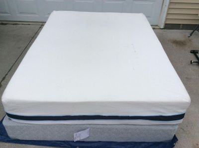 Sealy Queen comfort reversible mattress and box spring. Only used a couple of times.mattress cover comes off and is washable .