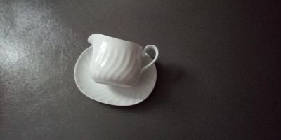 Corningware gravy boat with plate. Microwavable.