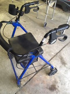 *** 4 WHEEL WALKER with Rear Brakes, Storage Seat and Cup Holder *** VERY GOOD CONDITION