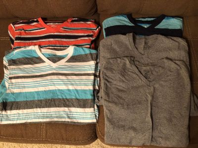 Lot of men s v-neck shirts - size Small