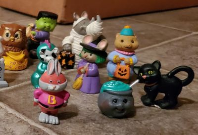 18pc Halloween village accessories