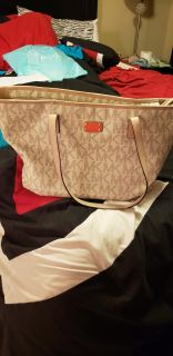 Michael kors large tote.. lots or space inside.. excellent condition