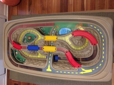 Step 2 Deluxe Canyon train and track table with lid