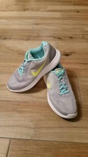 Women's Nike Revolution size 8.5. EXCELLENT CONDITION! See additional photos.
