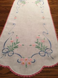 37.5 x 16.25 Vintage Embroidered and Crocheted Daisy Bouquet Dresser Scarf