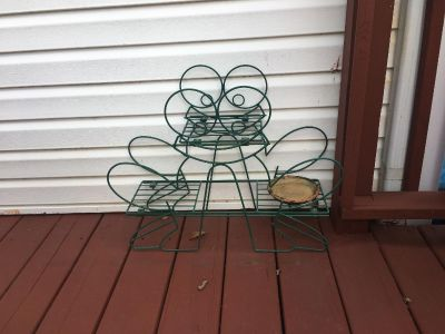 Green metal frog flower stand