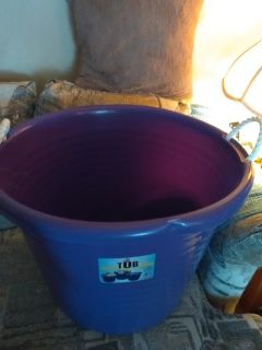 New never used 17 gallon purple tub. Has a small dent on the rim but will not affect its use.