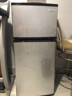 Vissani Mini Fridge w. top freezer