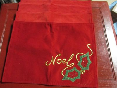 TABLE RUNNER AND 4 MATCHING PLACEMATS