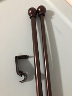 Cafe curtain rod with mounting hardware
