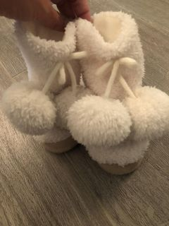 Gymboree slippers with poms, size 5-6