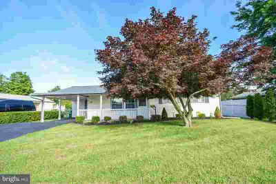 22 Pensive Ln LEVITTOWN Four BR, Move-in ready!