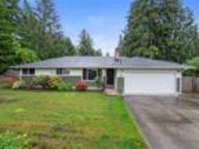 Large Rambler w/Detached Shop on 1/3 Acre Lot in Edgewood!
