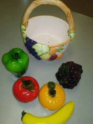 Fruit basket with 5 pieces of glass fruit/vegetables