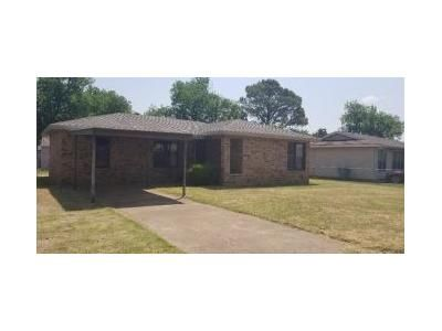 2 Bed 2 Bath Foreclosure Property in Burkburnett, TX 76354 - S Holly St