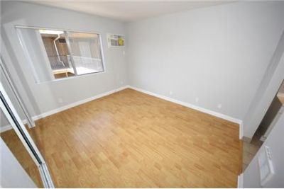 Beautiful 1 1. 2 Parking Spots in Tandem! Pet Friendly and Balcony
