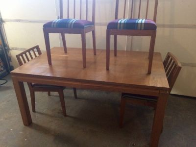 OAK DINNING TABLE WITH 4 CHAIRD