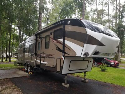 2015 Fifth Wheel With Bunkhouse and Outdoor Kitchen and Hitch!