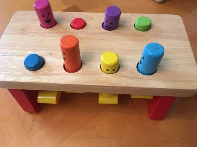 Push/pop cause and effect toy