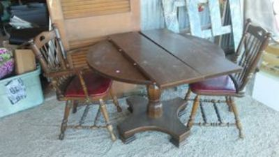 Table Round with 2 Chairs
