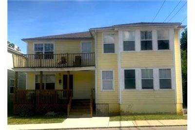 Large 5 bed, 3 bath house off 10th. Washer/Dryer Hookups!