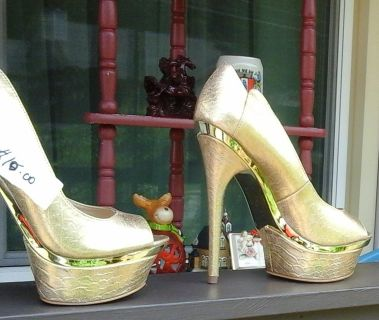 Woman Shoes size 7-1/2 Gold