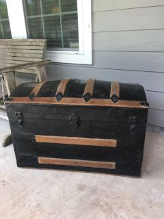 Old trunk, removable tray