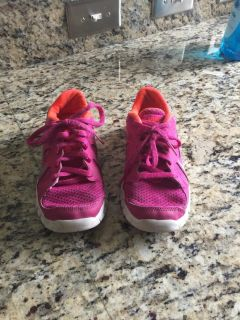 Girls Nike sneakers- great condition!