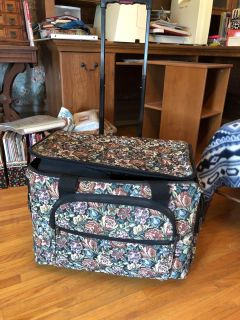 Sewing machine carrying case on wheels