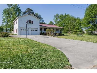 4 Bed 3 Bath Foreclosure Property in Albertville, AL 35950 - Montgomery Ave