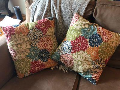 2 floral accent pillows