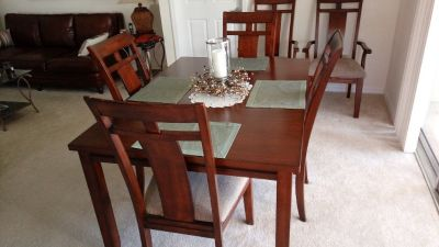 Dining Room Table w/2 arm chairs, 4 side chairs, and 2 leaves.