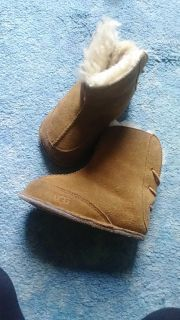 Ugg boots size 5 she fit them when wore a 5/6 (slight wear on toes 3rd picture)