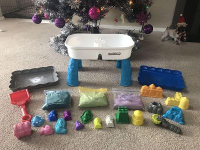 Kinetic Sand table, 2 trays, 3 bags of sand (green,blue,purple), and lot of toys. LIKE NEW