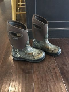 Bog boys winter boots size 2 youth