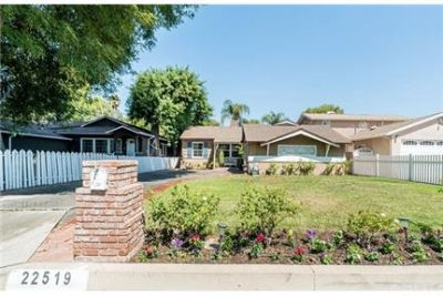 3 bed 1 & 1/2 bath home w a pool in woodland hills