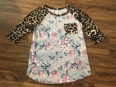 Boutique shirt size small. Super pretty floral with leopard! $5