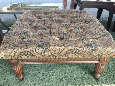 Beautiful tufted ottoman in excellent condition